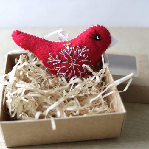 Raudonas paukštelis (auka nuo 7 Eur)